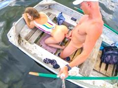 Veřejné anální mrdání na lodičce