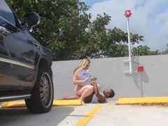 Šukání s baculkou na veřejném parkovišti