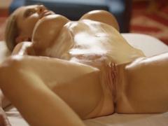 Připravena na anální erotickou masáž