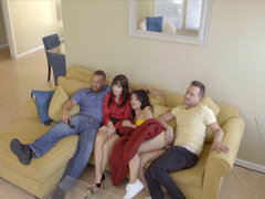 Sourozenci šukají vedle rodičů na gauči