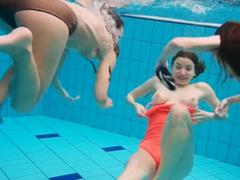 Nahé holky dovádějí pod vodou v bazénu