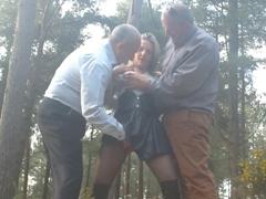 Děvka se zdarma rozdává v lese dědkům