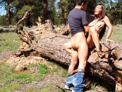 Vášnivě ošuká krásnou přítelkyni v lese