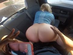 Vymrdá cizí maminu v autě s mobilem