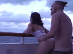 Ohnul svou přítelkyni zezadu na lodi