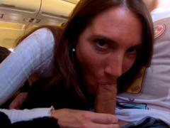 Riskantní blowjob v letadle do Berlína