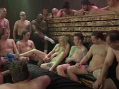 Bukkake s 18ti muži a jednou holčičkou