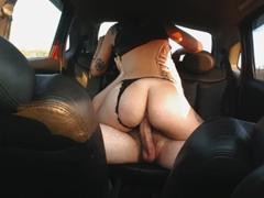 Nebylo kde šukat, tak si to rozdali v autě!