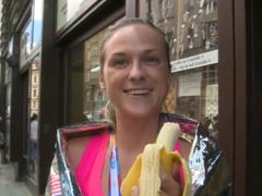 Český Maraton – dívku ukecá za prachy