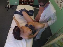 FakeHospital – doktor práší pacientku